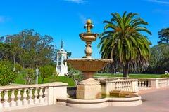 Άποψη της πηγής έξω από την ακαδημία Καλιφόρνιας των επιστημών στο χρυσό πάρκο πυλών Στοκ Φωτογραφίες