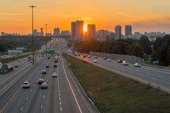 Άποψη της πολυάσχολης εθνικής οδού 401 στο Τορόντο, Καναδάς στο ηλιοβασίλεμα στοκ εικόνα