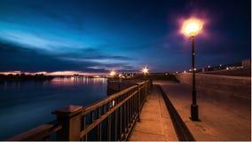 Άποψη της προκυμαίας στην πόλη νύχτας φωτισμός απόθεμα βίντεο
