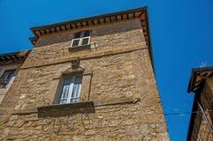 Άποψη της πρόσοψης ενός παλαιού κτηρίου πετρών σε μια αλέα Orvieto στοκ εικόνα
