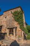 Άποψη της πρόσοψης σπιτιών πετρών με bindweed σε Les Arcs-sur-Argens Στοκ εικόνες με δικαίωμα ελεύθερης χρήσης