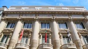 Άποψη της πρόσοψης Banco Totta & Acores με τα αρχιτεκτονικά αγάλματα αριστουργημάτων απόθεμα βίντεο