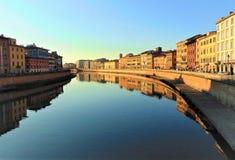 Πίζα Τοσκάνη Ιταλία Άποψη της πόλης από τη γέφυρα στον ποταμό Arno στο ηλιοβασίλεμα Τονισμένο foto στοκ εικόνες