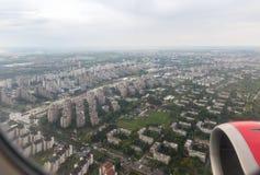 Άποψη της πόλης Βελιγραδι'ου από το φωτιστικό του πετώντας αεροπλάνου Πόλη Βελιγραδι'ου στη Σερβία στοκ φωτογραφία