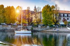 Άποψη της πόλης και της αποβάθρας γιοτ από τη λίμνη τονισμός Στοκ φωτογραφίες με δικαίωμα ελεύθερης χρήσης