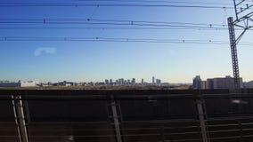 Άποψη της πόλης και του σιδηροδρόμου από την κίνηση του τραίνου απόθεμα βίντεο