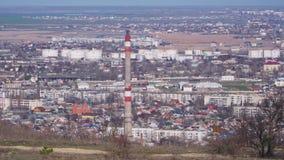 Άποψη της πόλης με έναν κατοικημένο και μια βιομηχανική περιοχή με μια τεράστια διαστρέβλωση σωλήνων και αέρα φιλμ μικρού μήκους