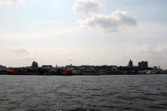 Άποψη της πόλης μια νεφελώδη ημέρα από το νερό στοκ φωτογραφία