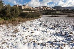 Άποψη της πόλης Ουμβρία Assisi το χειμώνα, με έναν τομέα που καλύπτεται κοντά Στοκ φωτογραφία με δικαίωμα ελεύθερης χρήσης