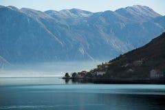 Άποψη της πόλης στην αδριατική παραλία στο Μαυροβούνιο Στοκ φωτογραφία με δικαίωμα ελεύθερης χρήσης