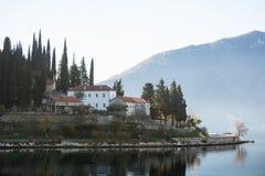 Άποψη της πόλης στην αδριατική παραλία στο Μαυροβούνιο Στοκ εικόνα με δικαίωμα ελεύθερης χρήσης