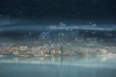 Άποψη της πόλης στην αδριατική παραλία στο Μαυροβούνιο Στοκ Φωτογραφία