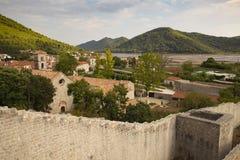 Άποψη της πόλης Ston και των αμυντικών τοίχων του, χερσόνησος Peljesac, Κροατία Το Ston ήταν ένα σημαντικό οχυρό της Δημοκρατίας  στοκ εικόνες