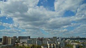 Άποψη της πόλης από υψηλό Επιπλέοντα σύννεφα στο μπλε ουρανό απόθεμα βίντεο