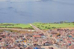 Άποψη της πόλης από Titicaca τη λίμνη, στοκ φωτογραφία