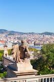 Άποψη της πόλης Βαρκελώνη από το βουνό Montjuic με ένα άγαλμα στο πρώτο πλάνο Στοκ εικόνα με δικαίωμα ελεύθερης χρήσης