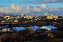 Άποψη της πόλης και των βουνών στην Ισλανδία Στοκ Φωτογραφίες