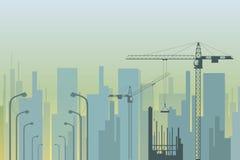 Άποψη της πόλης με τους γερανούς πύργων στο πρώτο πλάνο Στοκ εικόνα με δικαίωμα ελεύθερης χρήσης