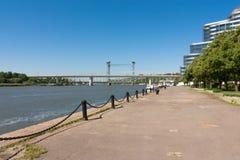 Άποψη της πόλης προκυμαίας και του ποταμού στοκ εικόνα