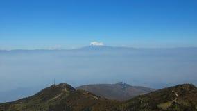 Άποψη της πόλης του Κουίτο με το ηφαίστειο Antisana στο υπόβαθρο που βλέπει από το Rucu Pichincha Στοκ Εικόνες