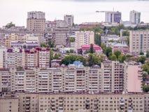 Άποψη της πόλης του Σαράτοβ από το βουνό Το αστικές τοπίο, η υποδομή, τα σπίτια κατοικιών, τα δημόσια κτίρια και οι οδοί Στοκ Εικόνα