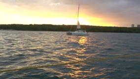 Άποψη της πόλης Cienfuegos από τη βάρκα πριν από το ηλιοβασίλεμα απόθεμα βίντεο