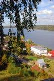 Άποψη της πόλης Ples, της Ρωσίας, και του ποταμού του Βόλγα μπλε μακρύς ουρανός σκιών φύσης φθινοπώρου Στοκ φωτογραφία με δικαίωμα ελεύθερης χρήσης