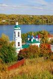 Άποψη της πόλης Ples, της Ρωσίας, και του ποταμού του Βόλγα μπλε μακρύς ουρανός σκιών φύσης φθινοπώρου Στοκ Εικόνα