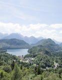 Άποψη της πόλης Schwangau και της λίμνης Alpsee, photoshoot από το λόφο κάστρων Hohenschwangau Στοκ φωτογραφία με δικαίωμα ελεύθερης χρήσης