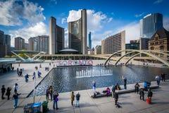 Άποψη της πλατείας του Nathan Phillips, στο στο κέντρο της πόλης Τορόντο, Οντάριο Στοκ φωτογραφία με δικαίωμα ελεύθερης χρήσης