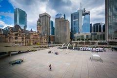 Άποψη της πλατείας του Nathan Phillips στο στο κέντρο της πόλης Τορόντο, Οντάριο Στοκ φωτογραφία με δικαίωμα ελεύθερης χρήσης