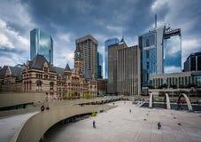 Άποψη της πλατείας του Nathan Phillips στο στο κέντρο της πόλης Τορόντο, Οντάριο Στοκ εικόνα με δικαίωμα ελεύθερης χρήσης