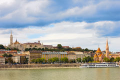 Άποψη της πλευράς Buda της Βουδαπέστης μια ηλιόλουστη ημέρα από τον ποταμό Δούναβη Στοκ Φωτογραφία