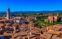 Άποψη της Σιένα και της βασιλικής του SAN Domenico Basilica Cateriniana και του Di Σιένα της Σάντα Μαρία Assunta Duomo καθεδρικών Στοκ φωτογραφία με δικαίωμα ελεύθερης χρήσης