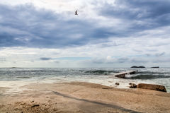 Άποψη της σκοτεινής θάλασσας με τα κύματα Στοκ Εικόνες