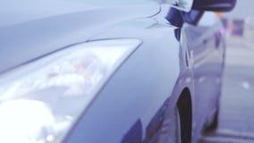 Άποψη της σκούρο μπλε επιφάνειας του νέου αυτοκινήτου Παρουσίαση προβολείς automatism Κρύες σκιές απόθεμα βίντεο