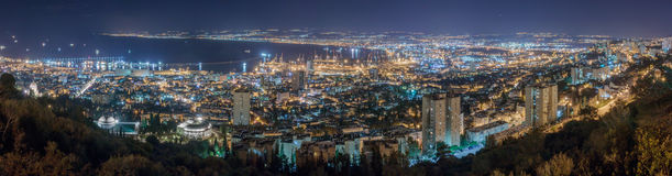 Άποψη της στο κέντρο της πόλης Χάιφα, του λιμανιού της Χάιφα και του κόλπου τη νύχτα Στοκ Φωτογραφία