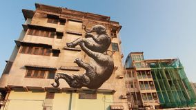 Άποψη της τέχνης οδών στον τοίχο σε ένα Soi (πάροδος) της περιοχής Bangruk της Μπανγκόκ απόθεμα βίντεο