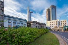 Άποψη της τράπεζας του Βιετνάμ στο στο κέντρο της πόλης κέντρο με τα κτήρια σε ολόκληρη τη πόλη Χο Τσι Μινχ ποταμών Saigon όχθεων Στοκ εικόνα με δικαίωμα ελεύθερης χρήσης