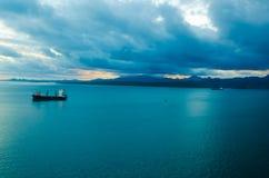 Άποψη της τροπικής νεφελώδους θύελλας μουσώνα που έρχεται σε ένα νοτιοειρηνικό νησί στοκ εικόνα