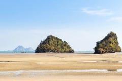 Άποψη της τροπικής παραλίας κατά τη διάρκεια της χαμηλής παλίρροιας στη andaman θάλασσα στην παραλία Krabi, Ταϊλάνδη AO Nang Στοκ φωτογραφίες με δικαίωμα ελεύθερης χρήσης