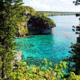 άποψη της τυρκουάζ θάλασσας και των απότομων βράχων στη Νέα Καληδονία Στοκ Εικόνες