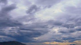 άποψη της φανταστικής παράξενης γρήγορης κίνησης των άσπρων μπλε σύννεφων απόθεμα βίντεο