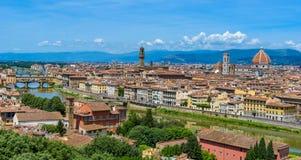 Άποψη της Φλωρεντίας από Piazzale Michelangelo - ποταμός Arno με Ponte Vecchio και Palazzo Vecchio, Duomo Σάντα Μαρία Del Fiore κ στοκ εικόνες
