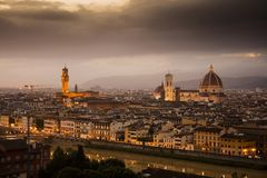 Άποψη της Φλωρεντίας κατά τη διάρκεια του ηλιοβασιλέματος που παρουσιάζει τον ποταμό Arno, το Palazzo Vecchio και το Duomo - η Φλ στοκ εικόνα με δικαίωμα ελεύθερης χρήσης