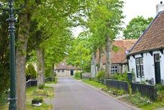 Άποψη της χαρακτηριστικής ιστορικής οδού σε Ameland Στοκ Εικόνα