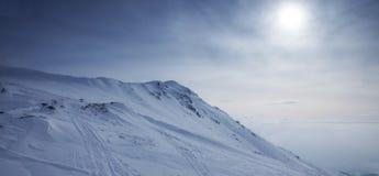 Άποψη της χιονώδους αιχμής στα βουνά Στοκ φωτογραφία με δικαίωμα ελεύθερης χρήσης
