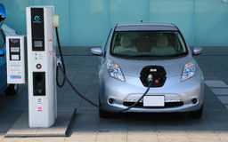 Άποψη της χρέωσης του ηλεκτρικού αυτοκινήτου Στοκ Φωτογραφία