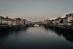 Άποψη της χρυσής γέφυρας Ponte Vecchio στον ποταμό της Φλωρεντίας Arno στοκ φωτογραφίες