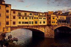 Άποψη της χρυσής γέφυρας Ponte Vecchio στον ποταμό της Φλωρεντίας Arno στοκ εικόνες